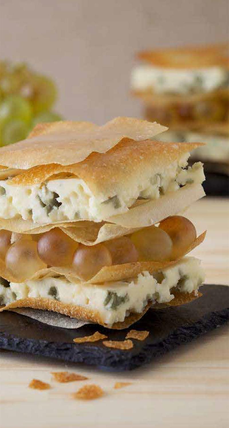 Milhojas de Roquefort DOP Société<sup class=simbolor>®</sup> con uvas